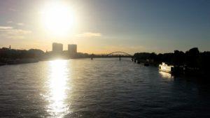 Sonnenaufgang über der Donau in Bratislava